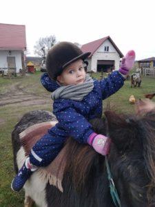 Катание ребенка на пони. Полесск